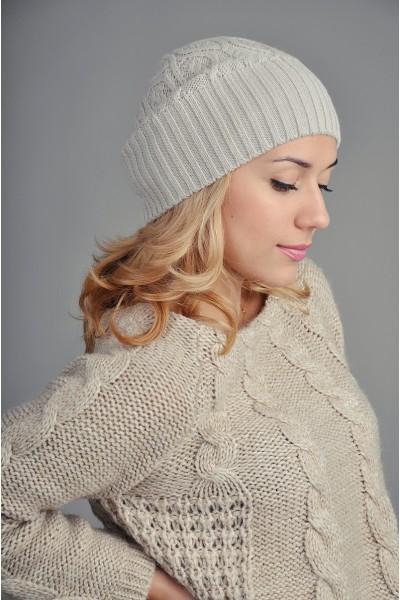 Женская вязаная шапка жемчужная