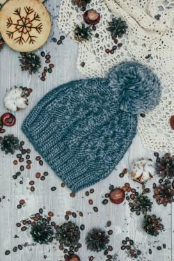Женская вязаная шапка серая